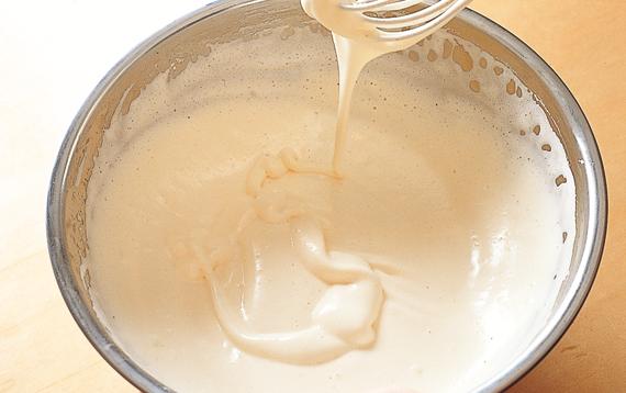 卵と卵黄をほぐし、グラニュー糖を加え、白っぽくなるまでよく泡立てる。